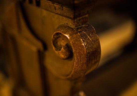 Kirchenstuhl mit Carl Zeiss Distagon T* 35mm 1:1.4 ZE an Canon 5D MK II : Bl. 1.4 - 1/40 sec - ISO 2500